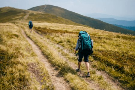 Photo pour Voyageurs avec sacs à dos et équipement touristique professionnel - image libre de droit