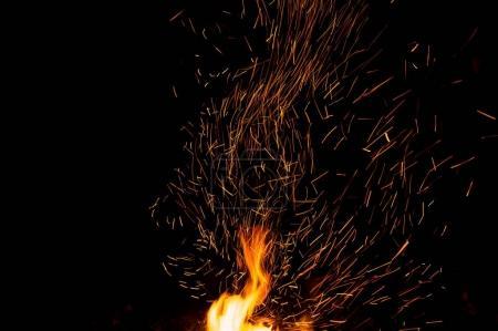 Photo pour Étincelles de feu dans la nuit - image libre de droit