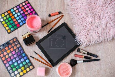 Photo pour Produits de beauté en un seul ensemble avec rouge à lèvres et accessoires de maquillage. - image libre de droit