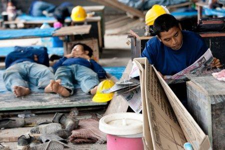 Бангкок, Таиланд, работники отдыхают во время обеда