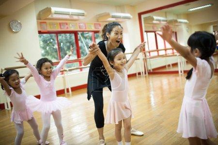 Photo pour Bangkok, Thaïlande 22 novembre 2012: Prendre des filles à l'école primaire, un cours de danse classique. - image libre de droit