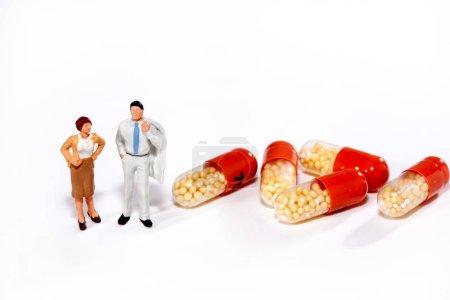personnes miniatures - personnes posant devant des pilules