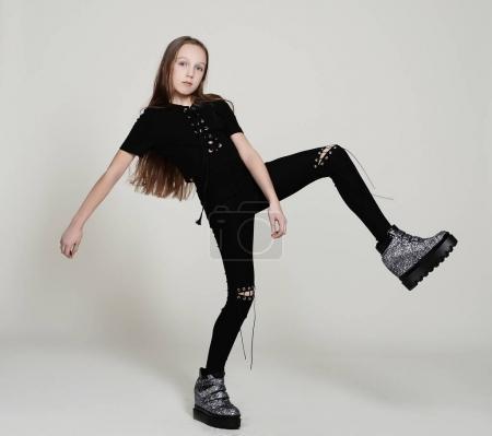 Photo pour Fille élégante dans des vêtements noirs, posant sur fond blanc - image libre de droit