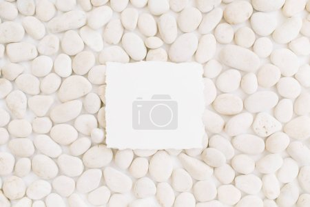 Photo pour Vierge avec espace de copie sur motif neutre de pierres beiges. Couché plat, vue du dessus - image libre de droit