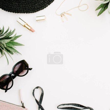Photo pour Style décontracté estival. Cadre de femme moderne vêtements et accessoires collage. Robe, lunettes, chapeau, sac à main, rouge à lèvres et ananas. Couché plat, vue du dessus - image libre de droit