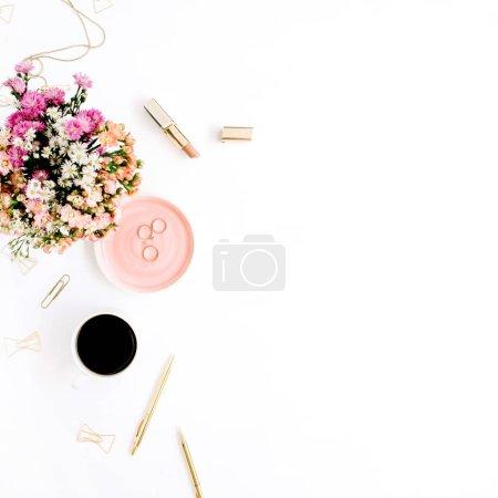 Foto de Ramo de flores silvestres, taza de café, pluma de oro, clips y accesorios. Piso estilo pone maqueta - Imagen libre de derechos