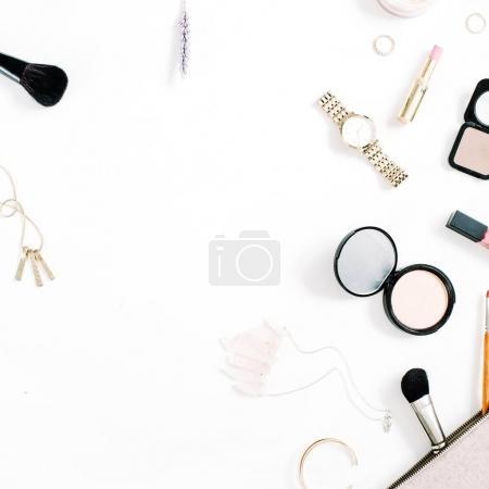 Photo pour Concept de blog beauté. Accessoires de maquillage professionnel féminin : montres, collier, rouge à lèvres, pinceau, poudre sur fond blanc. Flat lay, vue de dessus mode tendance fond féminin . - image libre de droit