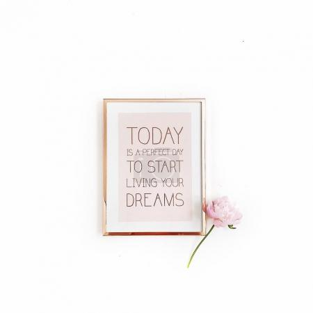 Photo pour Inspirational quote «Aujourd'hui est un jour parfait pour commencer à vivre vos rêves». Cadre photo or minimes et rose pivoine fleur sur fond blanc. Vue plate Lapointe, top. - image libre de droit