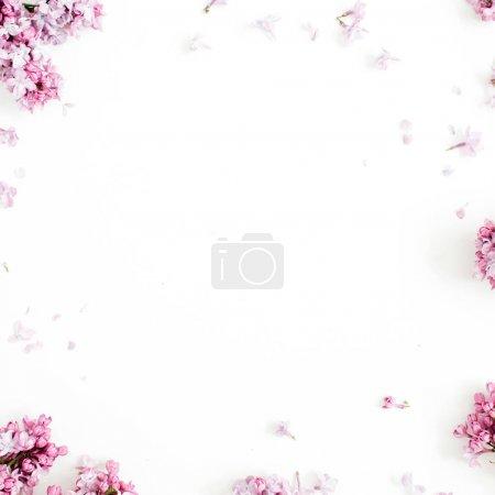 Photo pour Cadre de fleurs lilas avec un espace pour le texte sur fond blanc. Vue plate Lapointe, top - image libre de droit