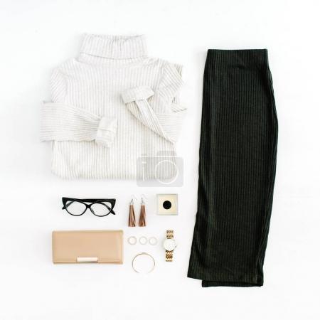 Foto de Las mujeres modernas moda ropa y accesorios. Look estilo casual mujer completamente laicos. Vista superior. - Imagen libre de derechos