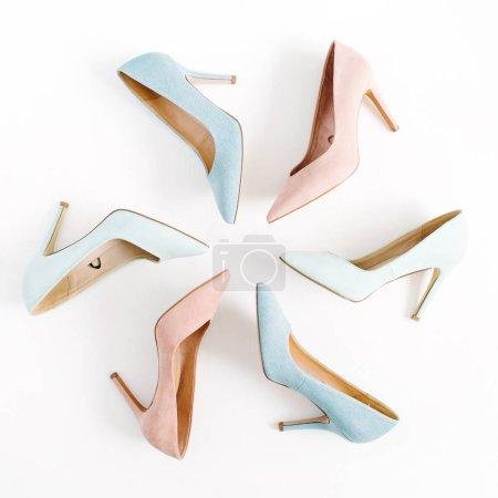 Foto de Ver blog la moda. Zapatos de tacón alto las mujeres colores pastel sobre fondo blanco. Fondo mujer de belleza moda endecha plana, alta vista. - Imagen libre de derechos