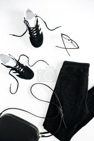 Photo pour Accessoires et vêtements de femme noire de style fashion tendance look sur fond blanc. Vue plate Lapointe, top. - image libre de droit