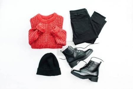 Foto de Mujer moda moda tela collage sobre fondo blanco. Jersey rojo, pantalones vaqueros, sombrero y zapatos. Conjunto mínimo de endecha plana, alta vista. - Imagen libre de derechos