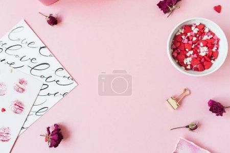 Photo pour Composition Saint-Valentin. Cadre d'espace de copie vierge sur fond rose. Coffret cadeau, boutons de roses, confettis symbole coeur. Couché plat, vue du dessus . - image libre de droit