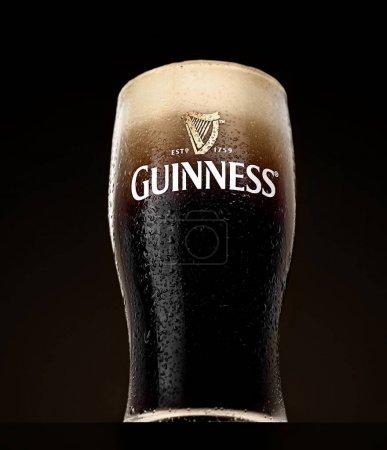 Photo pour Verre de Guinness bière originale sur fond noir - image libre de droit