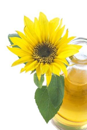 Photo pour Tasse d'huile de tournesol avec fleur isolée sur fond blanc - image libre de droit
