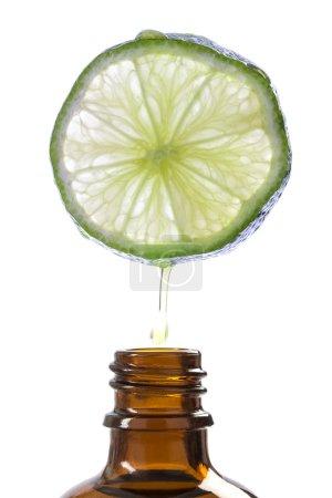 Photo pour Essence de citron aromathérapie rafraîchissante sur fond blanc - image libre de droit