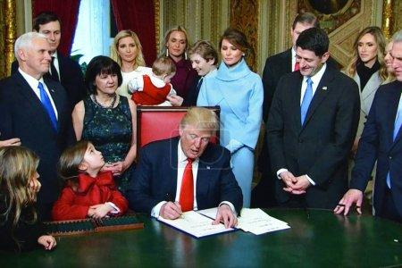 Photo pour Washington Dc, Usa - 20 janvier 2017: Un canal de nouvelles en direct internet flux Président Trump signant décrets suivant son inauguration. - image libre de droit