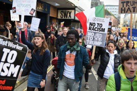 Photo pour Bristol, Royaume-Uni - 4 février 2017: Protestersmarch à travers le centre de ville qui manifestaient contre le président Donald Trump nous - image libre de droit