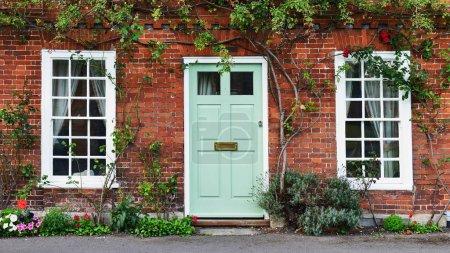 Photo pour Belle maison et porte d'entrée sur London Street - image libre de droit