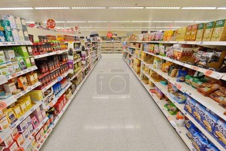 Photo pour Londres - 3 juillet 2014: grande variation des produits au supermarché Sainsburys. - image libre de droit