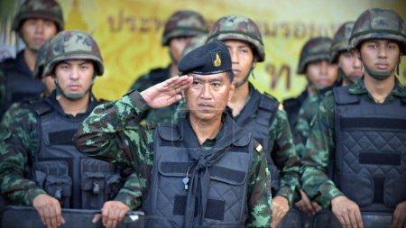 Photo pour BANGKOK - 30 MAI : Des soldats se tiennent à l'écoute lors d'un déploiement dans une rue du centre-ville le 30 mai, à Bangkok, en Thaïlande. La capitale thaïlandaise est sous la loi martiale après le 19ème coup d'Etat militaire thaïlandais. - image libre de droit