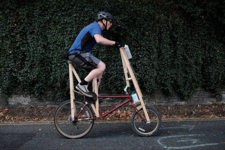 Photo pour Cycliste en action avec casque de vélo debout sur la route - image libre de droit