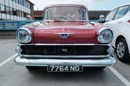 Photo pour Vieille voiture vintage sur la route - image libre de droit