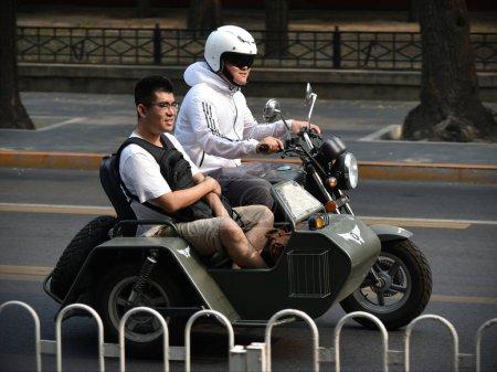 Photo pour Deux jeunes hommes en uniforme et un tatouage avec une arme dans la rue - image libre de droit