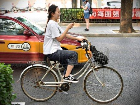 Photo pour Jeune femme avec vélo en ville - image libre de droit