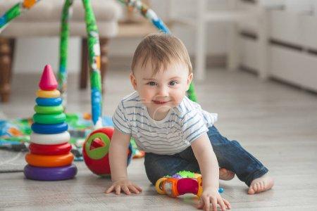 Photo pour Mignon petit enfant jouant à l'intérieur. Assez pour bébé garçon - image libre de droit