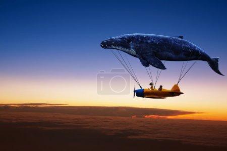 Photo pour Emmène-moi au concept du rêve. Deux mignonnes petites filles asiatiques assises dans un avion vintage, s'accrochant à une grosse baleine grise et survolant des nuages colorés au coucher du soleil - image libre de droit