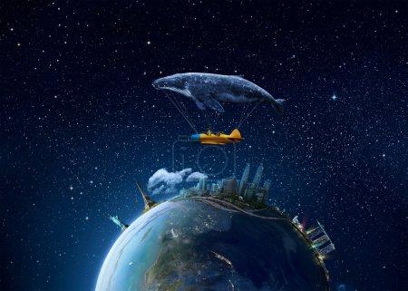 Photo pour Emmène-moi au concept du rêve. Deux mignonnes petites filles asiatiques assises dans un avion vintage fantaisie, s'accrochant à une grosse baleine grise et volant au-dessus de la terre la nuit - image libre de droit