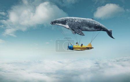 Photo pour Emmène-moi au concept du rêve. Deux mignonnes petites filles asiatiques assises dans un avion vintage, s'accrochant à une grosse baleine grise et survolant des nuages - image libre de droit