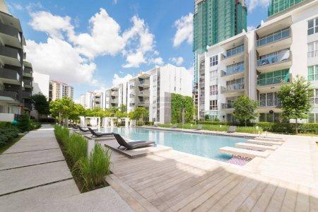 Photo pour Bâtiments résidentiels modernes avec installations extérieures, Façade de maisons neuves à faible consommation d'énergie - image libre de droit