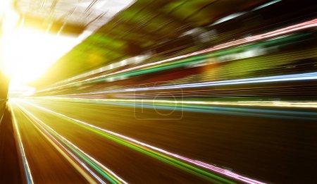 Photo pour Objectif de vitesse de déplacement vers l'avant flou arrière-plan du circuit de course avec support assis, scène du coucher du soleil et effet de traînée de lumière  . - image libre de droit