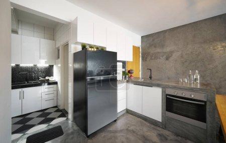 Foto de Interior de la cocina en casa de estilo loft. Fotografía de interiores. - Imagen libre de derechos