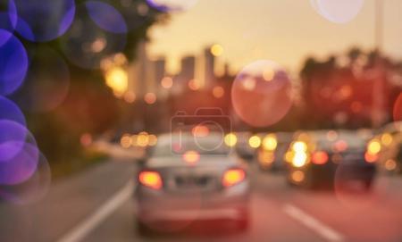 Photo pour Ville occupée flou route de circulation avec la lumière bokeh coloré. Scène du soir  . - image libre de droit