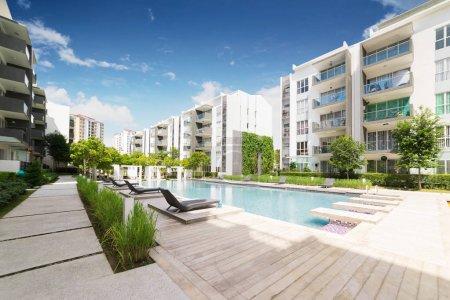 Photo pour Bâtiments résidentiels modernes avec installations extérieures, Façade de maisons neuves à faible consommation d'énergie  . - image libre de droit