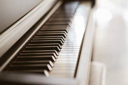 Photo pour Vue rapprochée des touches de piano noir, mise au point sélectionnée  . - image libre de droit
