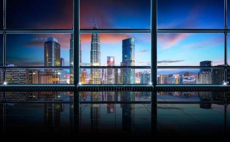 Photo pour Intérieur de bureau moderne vide et propre avec des fenêtres en verre, Kuala Lumpur ville toile de fond, scène tôt le matin  . - image libre de droit