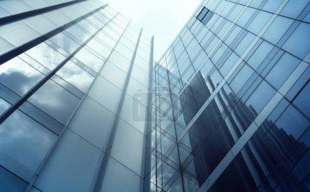 Photo pour Vue à faible angle des gratte-ciel modernes génériques de bureaux, des gratte-ciel de gratte-ciel avec des façades en verre à géométrie abstraite par une journée ensoleillée. Concepts de finances et contexte économique. - image libre de droit