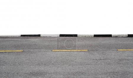 Photo pour Vue latérale d'une route asphaltée isolée sur fond blanc avec chemin de coupe. - image libre de droit
