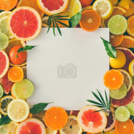 Photo pour Mise en page créative faite de fruits avec papier blanc note de carte. Concept tropical - image libre de droit