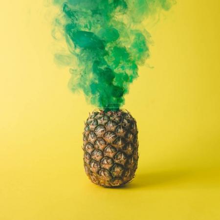 Photo pour Ananas avec fumée verte sur fond jaune vif. Concept de fruit - image libre de droit