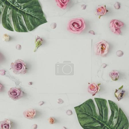 Photo pour Motif naturel créatif composé de fleurs et de feuilles avec carte de papier sur fond de marbre, concept de Saint-Valentin - image libre de droit