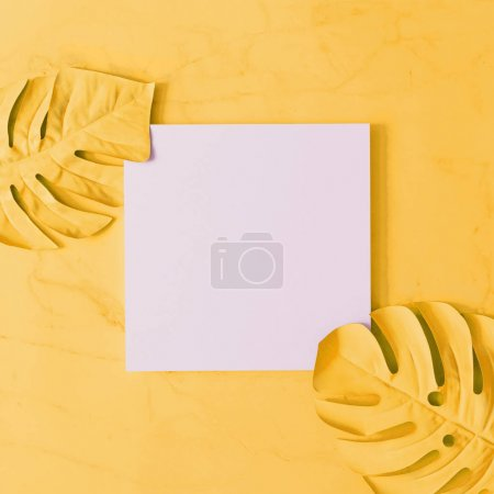 Photo pour Feuilles tropicales créatifs sur fond jaune, notion d'été minimes - image libre de droit