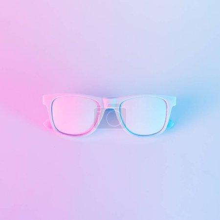Photo pour Lunettes de soleil aux couleurs holographiques violettes et bleues vibrantes et audacieuses. Concept art. Surréalisme minimal . - image libre de droit