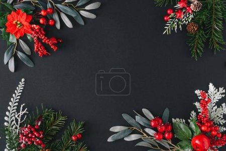 Photo pour Cadre de bordure de Noël fait de choses hivernales naturelles sur fond sombre - image libre de droit