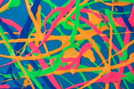 Foto de Creativo mínimo vívido goteando los colores del arco iris. Historia colorida de la pintura. - Imagen libre de derechos